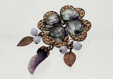 葉っぱが揺れる紫のクローバーブローチ  ブルーレース アメジスト