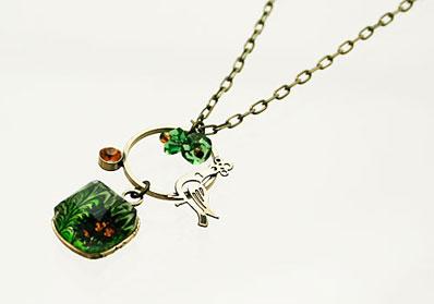 鳥が揺れる四角いグリーンのマーブル柄飾りのネックレス