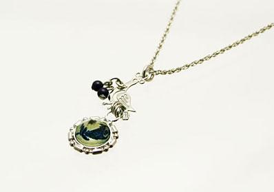 青い花模様の小振りネックレス ラピスラズリ