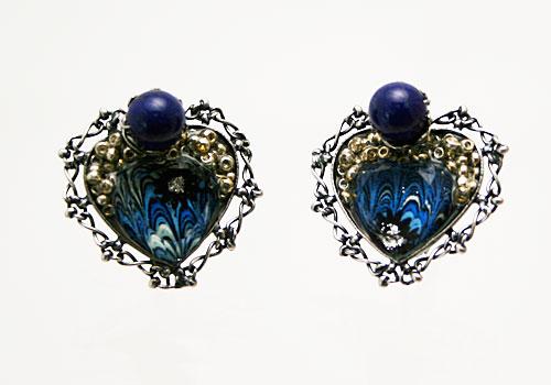 銀のビーズが光る青いハートのイヤリング ラピスラズリ