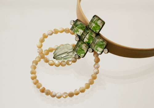 梅柄グリーンの飾りの十字型革チョーカー