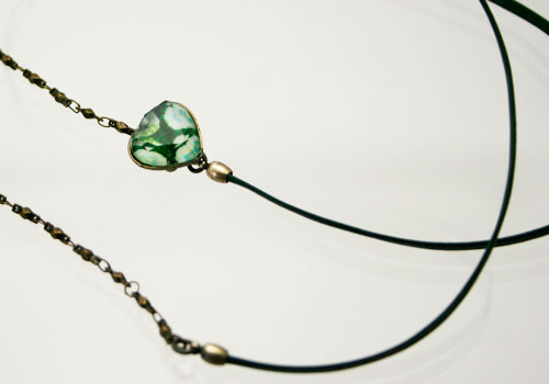 グリーンのハート飾りの革紐とチェーンのメガネチェーン