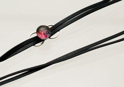 2連黒革ひものピンク飾りの革紐メガネチェーン