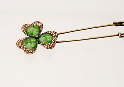 グリーンの三つ葉風安全ピン型ブローチ