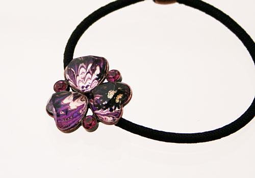 紫のスミレのヘアゴム