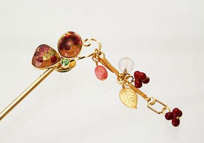 ビーズ入りの片羽蝶の金属製かんざし 珊瑚、ピンクコモンオパール、ローズクォーツ