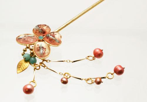 ピンクの華やかな蝶の金属製かんざし【淡水パール、アマゾナイト】