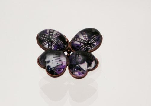 紫の蝶の帯留め