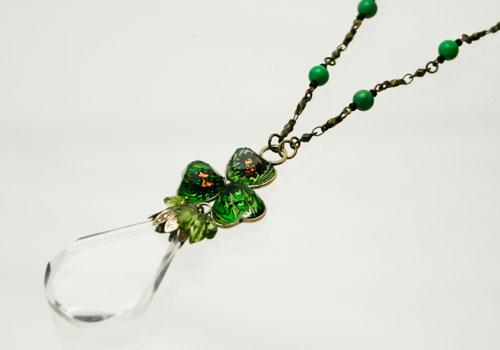シックなグリーンのスミレ飾りルーペネックレス